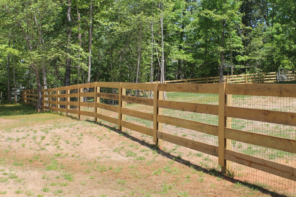 Rail ranch style w welded wire accurate fence